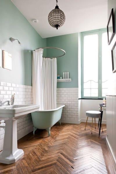 Neo Mint: Banheiro com faixa de revestimento cerâmico (foto: Pinterest)