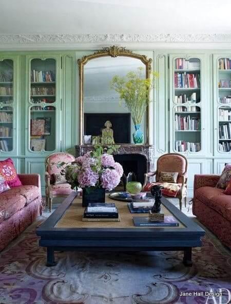 Neo Mint em estante clássica traz charme para o ambiente (foto: Pinterest)