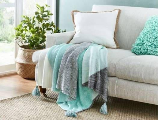 Neo Mint: mantas e almofadas são opções simples para incluir a cor na decoração (foto: Pinterest)