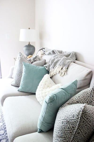 Neo Mint: sofá com almofadas na cor Neo Mint