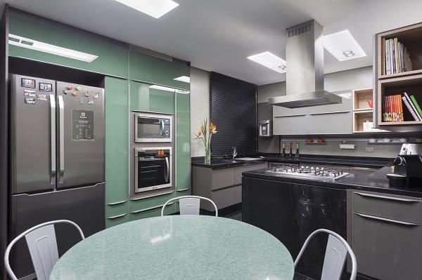1. Neo Mint traz destaque para cozinha preta (projeto: Maria Luisa Mendes)