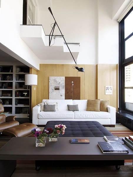 Pé direito duplo com painel de madeira e luminária (projeto: Fernando Piva)