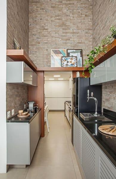 23. Pé direito duplo cozinha com revestimento de tijolinho e quadro (projeto: Karina Korn)