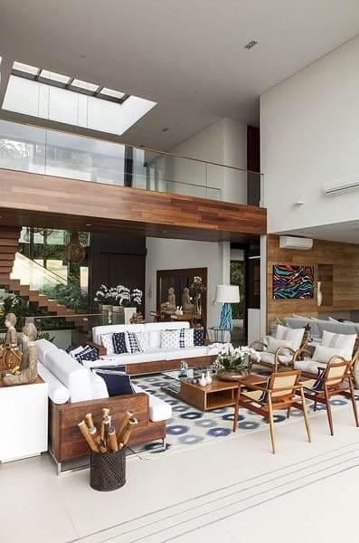 21. Pé direito duplo: decoração moderna com iluminação zenital no teto