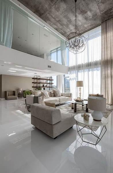 18. Pé direito duplo: forro de concreto aparente e cortina branca