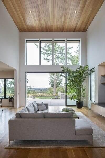 17. Pé direito duplo: forro de madeira e sofá branco