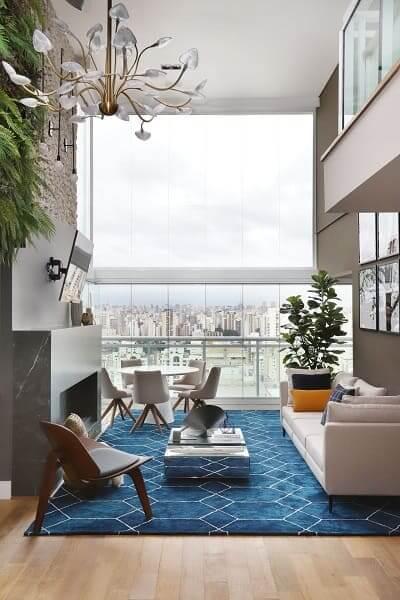 15. Pé direito duplo lareira deixa ambiente aconchegante (projeto: Inside Arquitetura e Design)