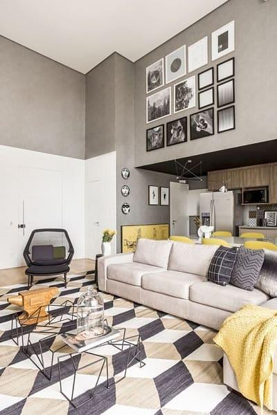 11. Pé direito duplo parede branca com parte superior cinza deixa ambiente confortável