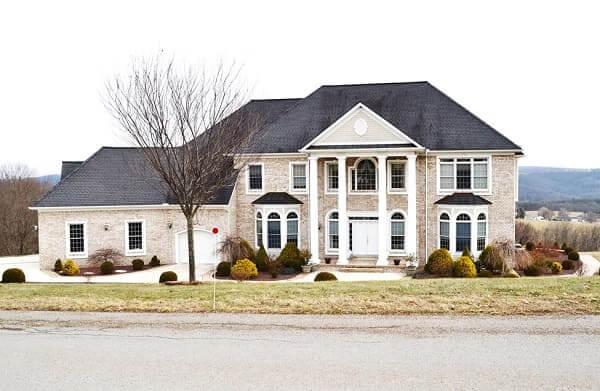 Casa estilo americano: casa com garagem e pilastras (foto: light steel frame)
