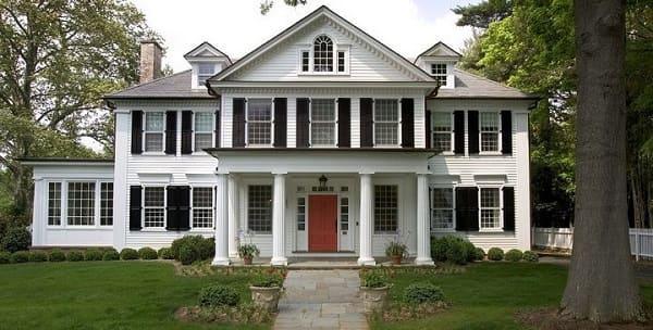 Casa estilo americano: casa de madeira com fachada branca (foto: imóvel web)