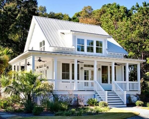 Casa estilo americano com porch (varanda) e piso suspenso
