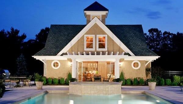 Casa estilo americano com piscina e porta central (foto: construindo decor)