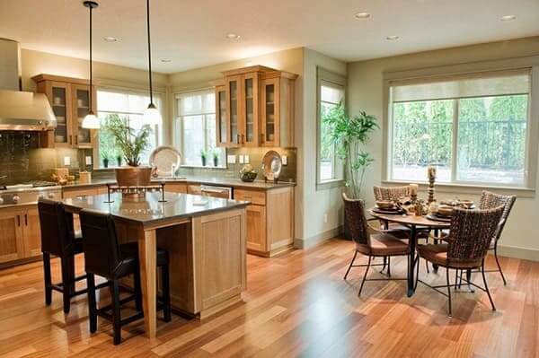 Casa estilo americano: cozinha com piso de madeira