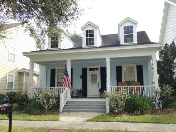 Casa estilo americano: fachada azul clara com portas brancas (foto: rumo a Orlando)