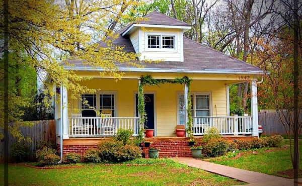 Casa estilo americano: fachada amarela escada de tijolinho (foto: mundo fachadas)