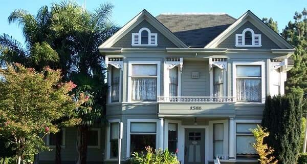 Casa estilo americano: fachada azul com janelas retangulares (foto: Pinterest)
