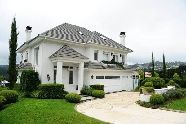Casa estilo americano: fachada branca com garagem (foto: Light Steel Frame)