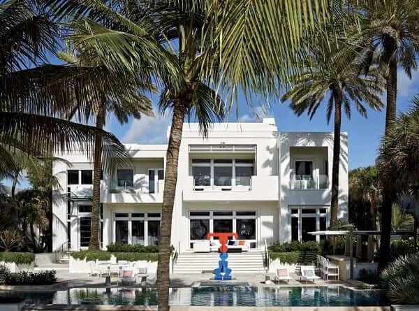 Casa estilo americano: fachada branca com janela e porta de vidro (foto: Pinterest)