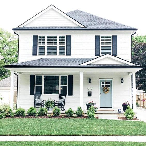 Casa estilo americano: fachada branca e janelas azuis (foto: Bugre - Moda Masculina e Tomboy)