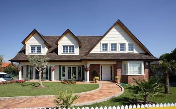 Casa estilo americano: fachada de tijolinho e janelas de vidro (foto: Pinterest)