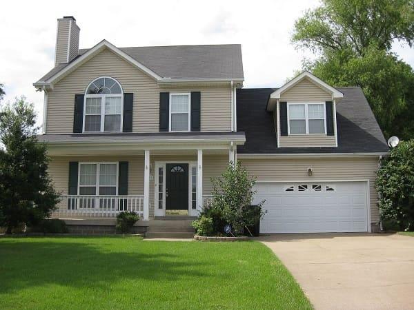 Casa estilo americano: fachada de tom neutro com garagem (foto: Pinterest)