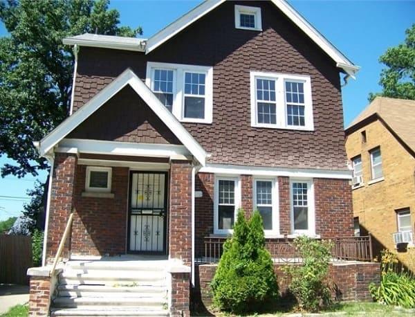 Casa estilo americano feita de tijolinhos com janelas brancas (foto: economia UOL)