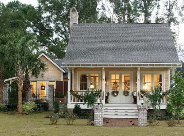 Casa estilo americano: piso suspenso e portas brancas (foto: Pinterest)
