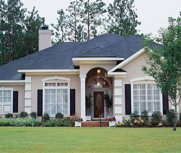 Casa estilo americano: porta grande de madeira (foto: Pinterest)