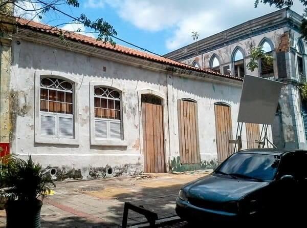 Casas Antigas: casa com fachada branca e portas de madeira em Manaus (foto: G1)
