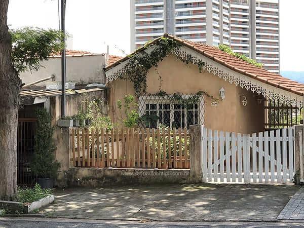 Casas Antigas: casa com muro de madeira e telhado de duas águas (Foto: São Paulo Antiga)