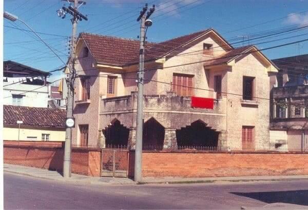 Casas Antigas: sobrado em São João del Rei com muro baixo (foto: São João del Rei Transparente)