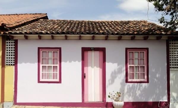 Casas antigas: casa com arquitetura colonial rosa (foto: decorfácil)