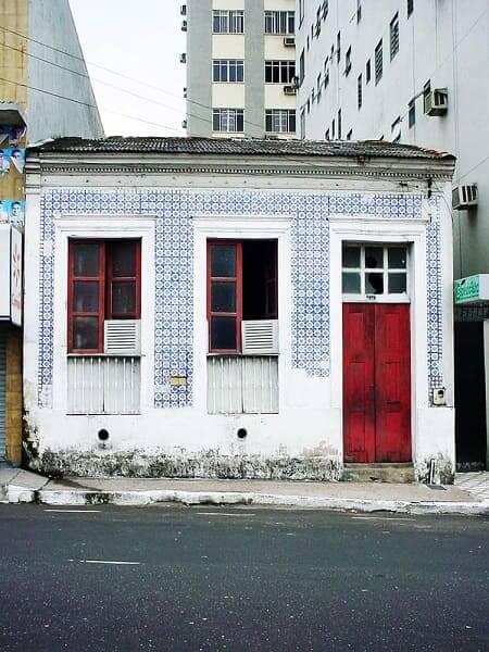 Casas antigas: casa com azulejo português e portas e janelas de madeira (foto: decorfácil)