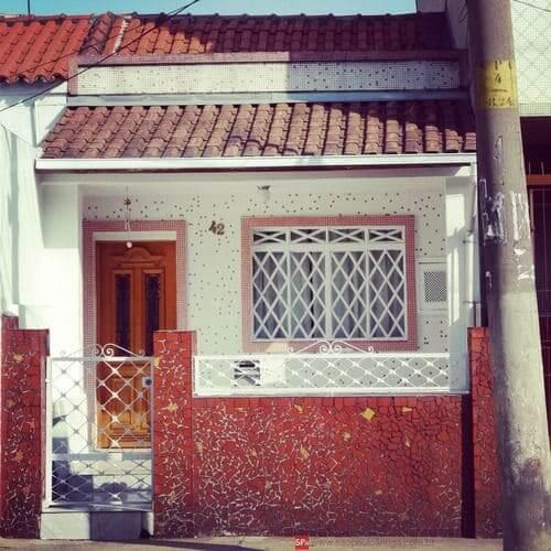 Casas Antigas: casa com caquinhos vermelhos no muro (foto: Pinterest)