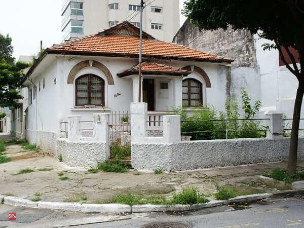 Casas Antigas: casa com fachada branca e muro baixo (foto: São Paulo Antiga)