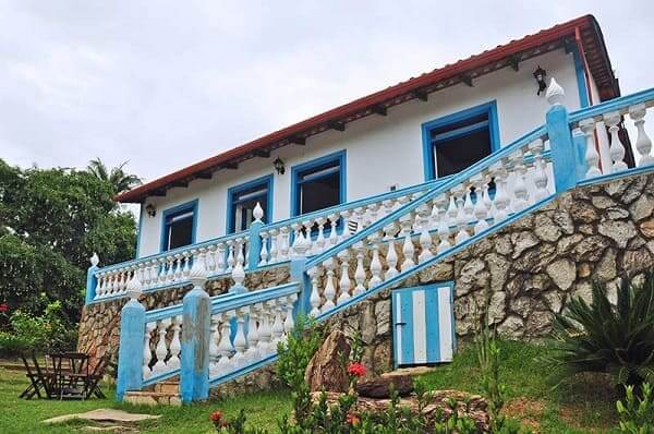 Casas Antigas: casa de arquitetura colonial azul com balaústre (foto: decorfácil)
