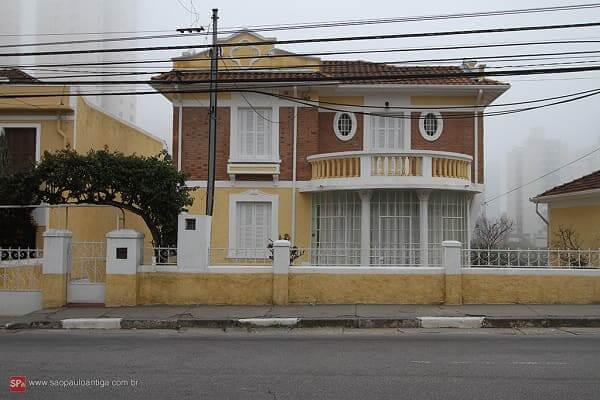 Casas Antigas: casarão com fachada amarela e tijolinhos na Água Fria (foto: São Paulo Antiga)