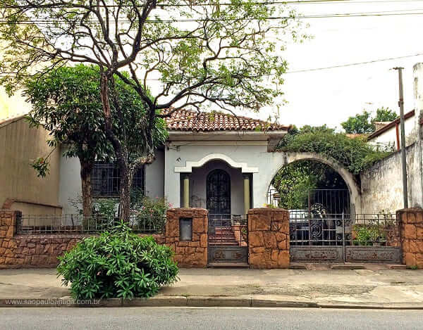 Casas antigas: Casa com muro baixo e pilares no Belenzinho (Foto: São Paulo Antiga)