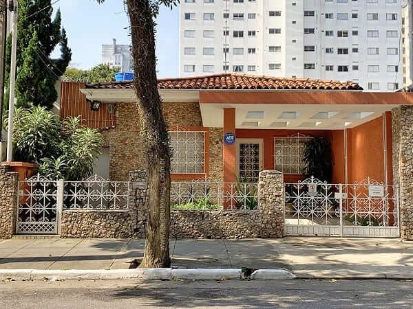 Casas antigas: Casa laranja com fachada de pedra (Foto: São Paulo Antiga)