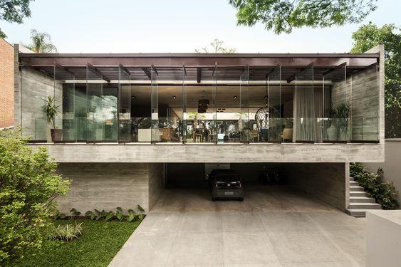 Concreto armado: casa com janela em fita e garagem (projeto: Drucker Arquitetos e Associados)