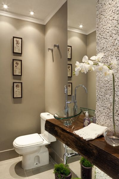 17. Mosaico branco em lavabo fica elegante (foto: Pinterest)