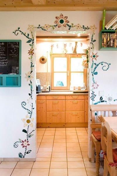 15. Mosaico de flores na porta deixa ambiente alegre (foto: Pinterest)