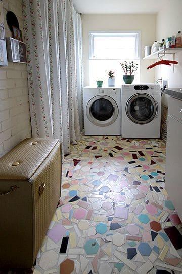 6. Mosaico em piso na lavanderia com tons neutros