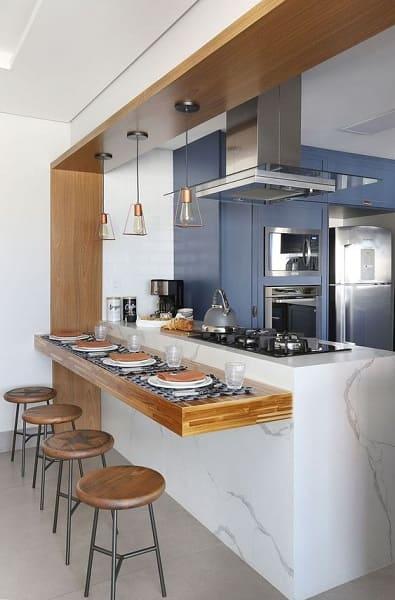 Passa prato: cozinha americana é totalmente integrada com outro cômodo (foto: Casa de Valentina)