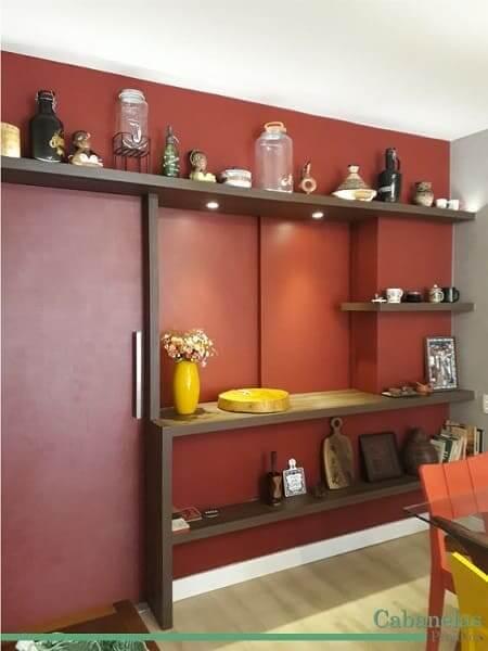 36. Passa prato vermelho com portas fechadas traz privacidade para cômodos (foto: Pinterest)