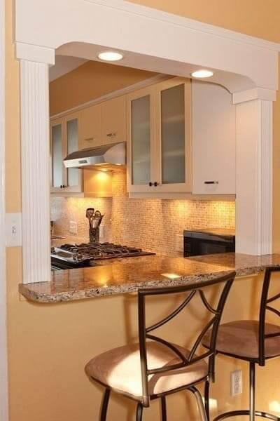 Passa prato com balcão de granito e moldura com estilo clássico (foto: Pinterest)