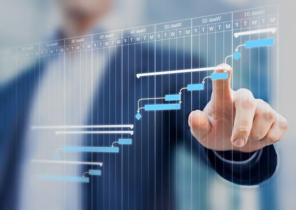 Problemas na gestão de obra: profissional trabalhando em Gráfico de Gantt virtual (foto: Adobe Stock)