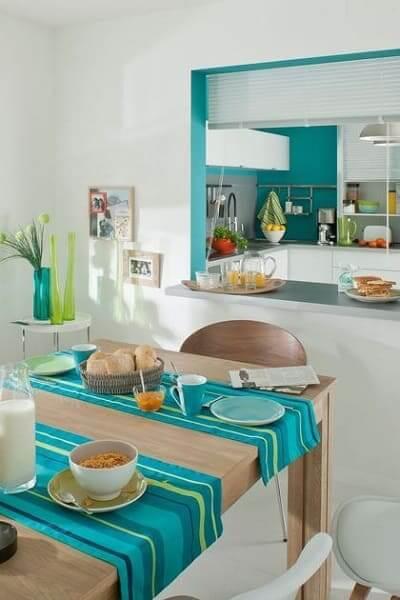 Passa prato com borda verde dá destaque de cor para o ambiente