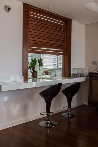 6. Passa prato com janela de madeira e banquetas pretas (foto: decoração.com)