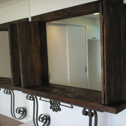 Passa prato de madeira com suporte ornamentado